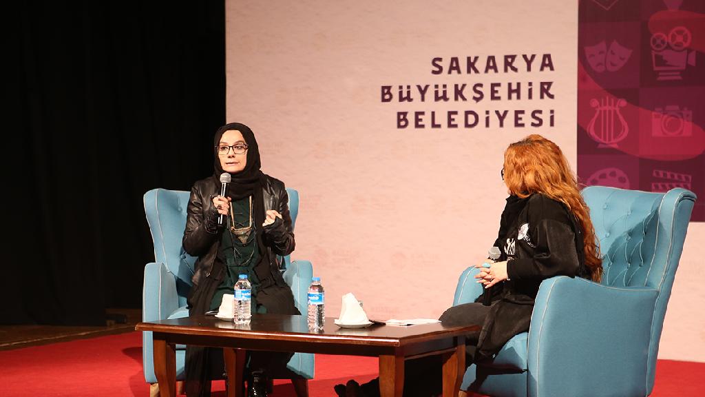 Mavi Koltuk Sohbetleri'ne Yazar Esra Elönü Konuk Oldu